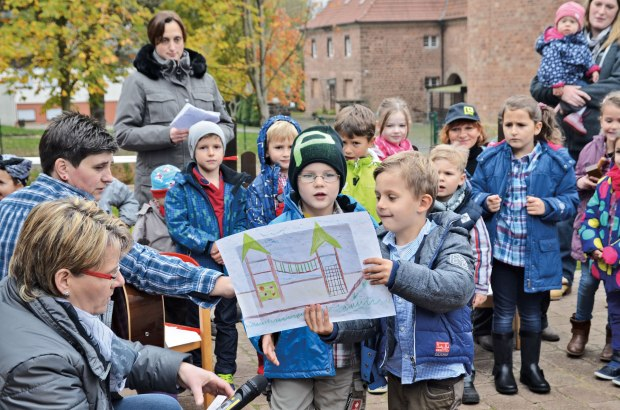 Kinder beschreiben singend, wie das Gelände hergerichtet wurde