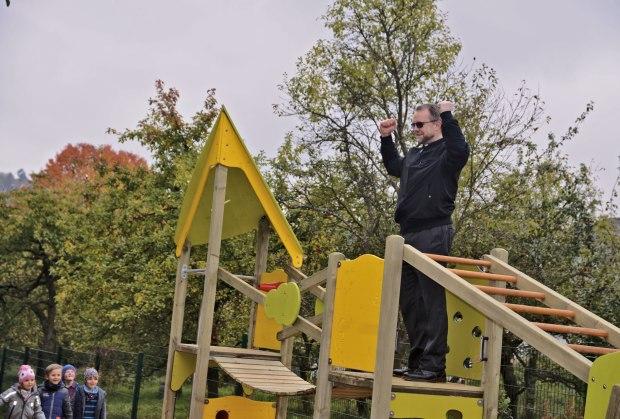 Pfarrer Brylka probiert das Kletterhaus aus