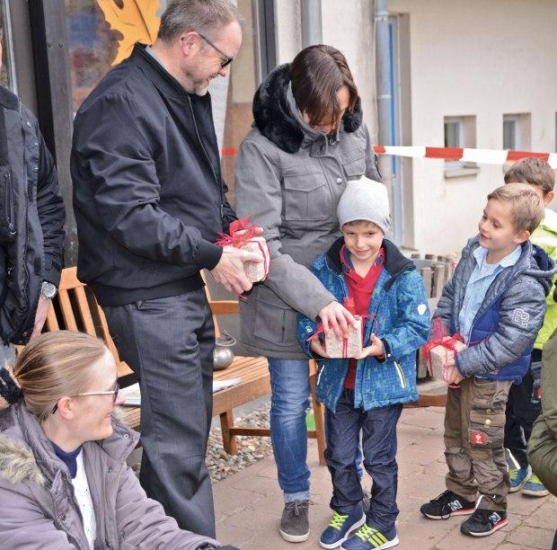 Kinder schenken Pfarrer Brylka einen symbolischenStein