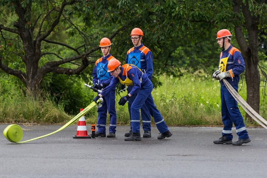 Die Gruppe während der Vornahme eines Löschangriffs.