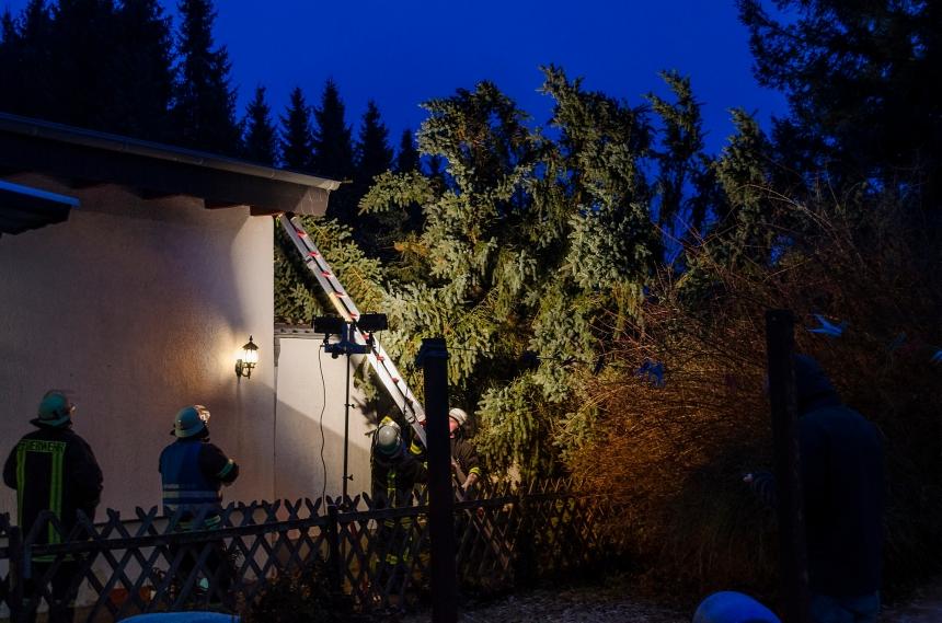 Glimpflich ausgegangen: in der St. Ingberter Straße stürzte ein Baum auf ein Wohnhaus